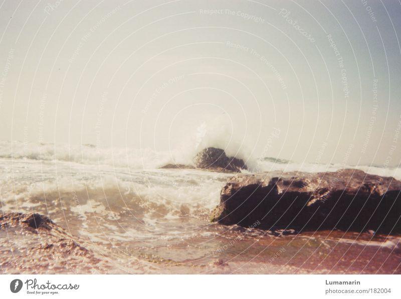 Fels in der Brandung Himmel Wasser schön Meer Sommer Strand Ferne Leben Umwelt Freiheit Landschaft Wärme Sand Küste Stein Stimmung