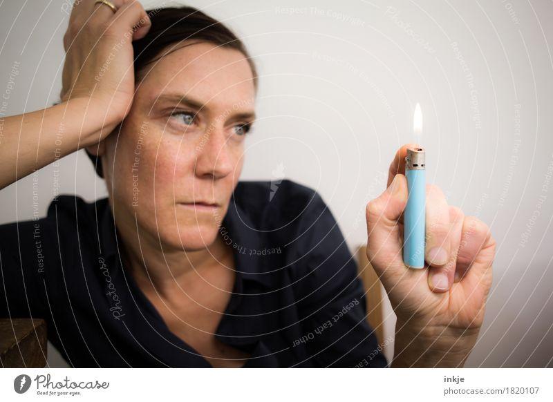 Nichtstun zermürbt Lifestyle Freizeit & Hobby Arbeitslosigkeit Frau Erwachsene Leben Gesicht Hand 1 Mensch 30-45 Jahre Feuerzeug Denken warten Gefühle Stimmung
