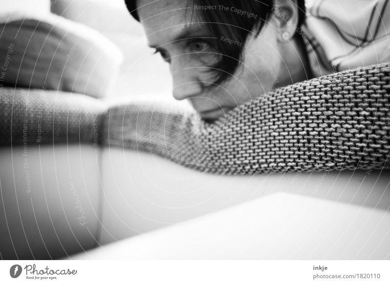 grau in grau Lifestyle Häusliches Leben Sofa Frau Erwachsene Gesicht 1 Mensch 30-45 Jahre liegen träumen Traurigkeit Gefühle Stimmung Langeweile Sorge Trauer