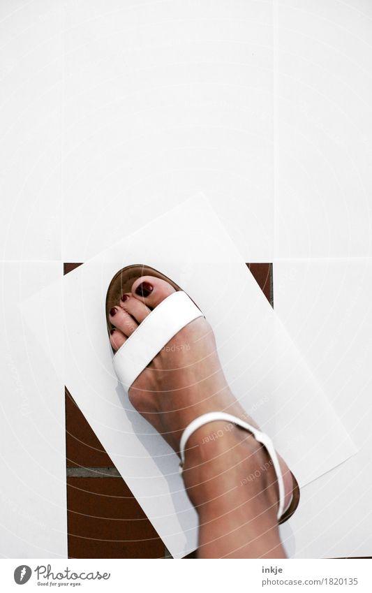 schiefe Bahn elegant Stil schön Pediküre Nagellack Fuß Frauenfuß 1 Mensch Sandale Damenschuhe Papier Zettel Rechteck gehen stehen feminin weiß graphisch Neigung