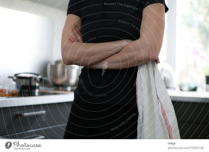 Muttersprache: Tacheles Lifestyle Häusliches Leben Küche Hausfrau Frau Erwachsene Körper Arme 1 Mensch 30-45 Jahre Küchenhandtücher stehen warten Gefühle