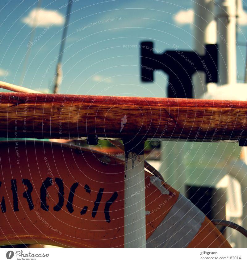 mann über bord! Farbfoto Außenaufnahme Menschenleer Tag Zeichen Schriftzeichen bedrohlich Todesangst Rettungsring Schifffahrt Wasserfahrzeug Segelboot Gefahr