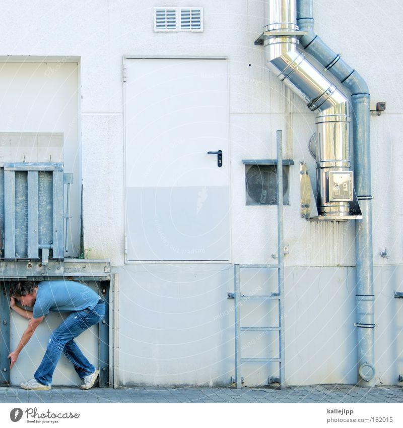 völlig normal Mensch Mann Erwachsene Tür Rücken Lifestyle Rampe Leiter krabbeln tragen Rohrleitung Industrieanlage industriell 30-45 Jahre Laderampe