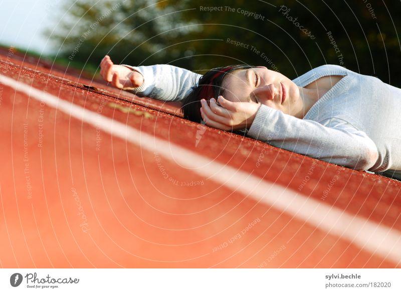 Sport ist Mord Wohlgefühl Zufriedenheit Erholung ruhig Rennbahn feminin Junge Frau Jugendliche Gesicht Hand Pullover schwarzhaarig kurzhaarig schlafen Glück