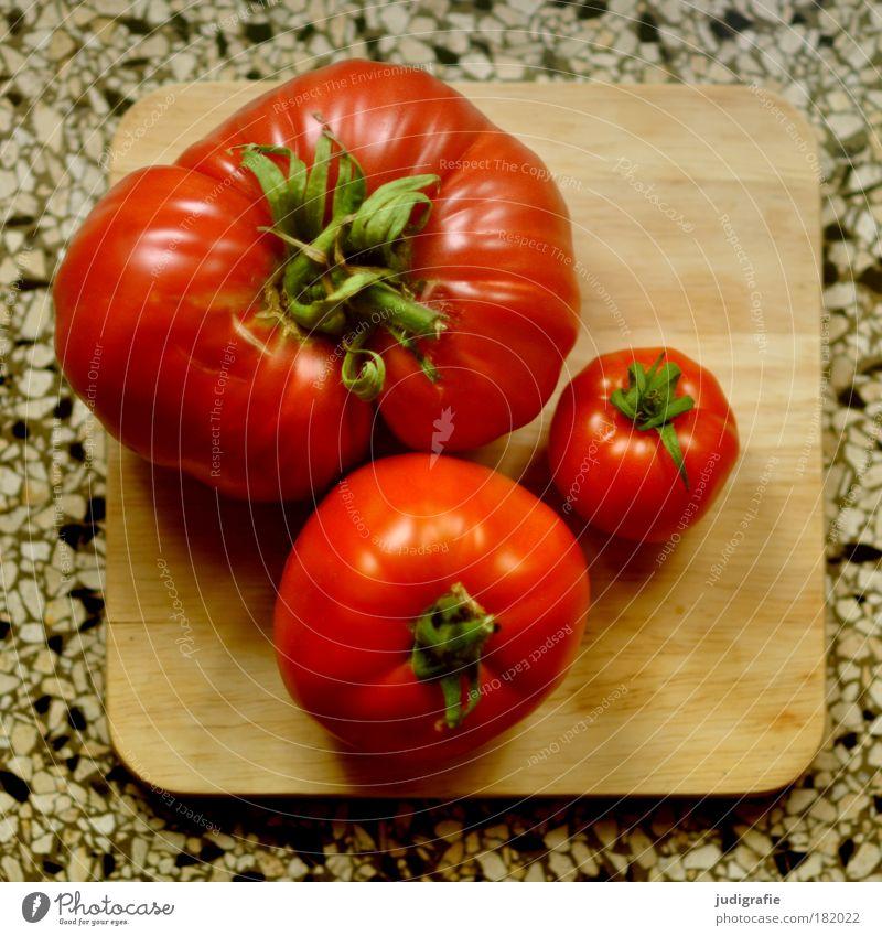 Tomaten Farbfoto Lebensmittel Gemüse Ernährung Bioprodukte Vegetarische Ernährung Schneidebrett Gesundheit groß einzigartig klein rund saftig rot Zufriedenheit