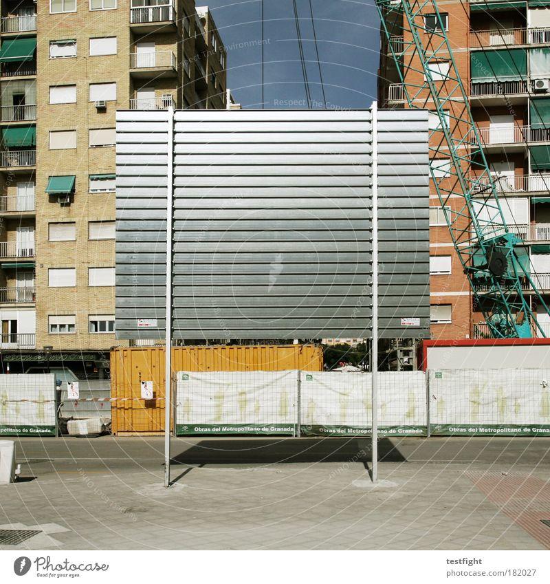 bautafel Stadt Haus Straße Arbeit & Erwerbstätigkeit Gebäude Architektur Erfolg Beton Fassade Industrie Baustelle Balkon Bauwerk Maschine Wirtschaft Leben