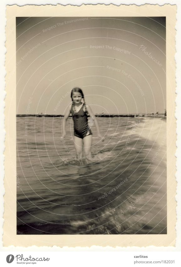 Sommer 1937 Kind alt Wasser Mädchen Ferien & Urlaub & Reisen Meer Strand Freude Küste Kindheit Wellen Horizont Schwimmen & Baden natürlich