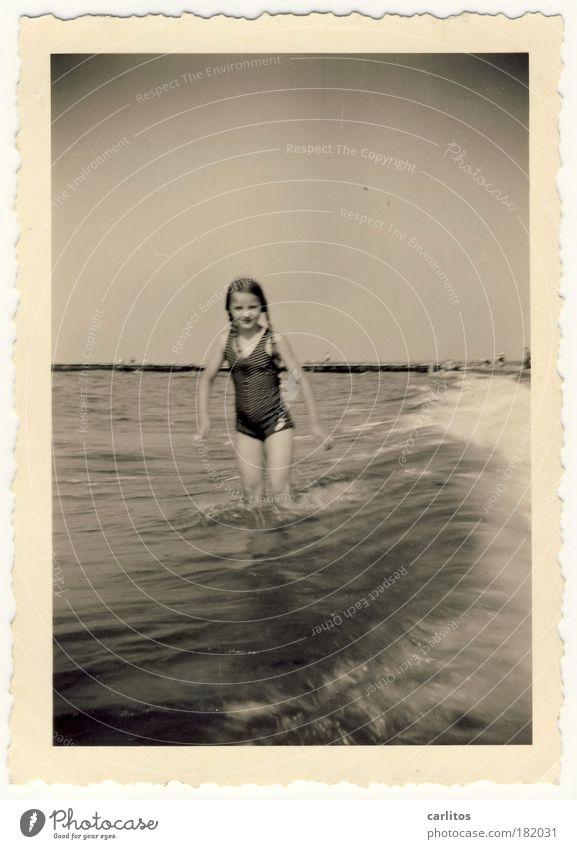 Sommer 1937 Schwarzweißfoto Außenaufnahme Blick in die Kamera Schwimmen & Baden Ferien & Urlaub & Reisen Sommerurlaub Strand Meer Wellen Mädchen 8-13 Jahre Kind