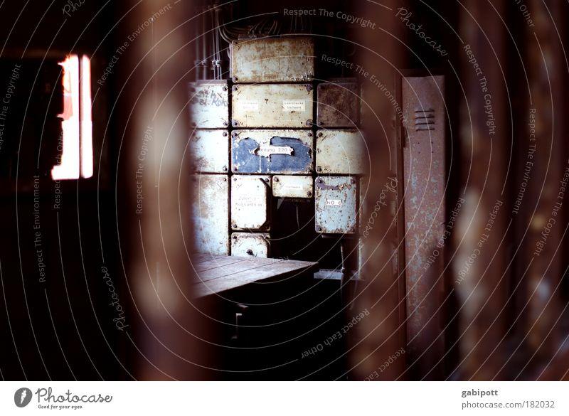 Einblick alt Einsamkeit Tod Gebäude Traurigkeit Metall braun Tisch Wandel & Veränderung Vergänglichkeit Fabrik historisch Vergangenheit Verfall Rost Stahl