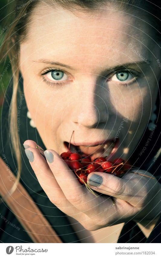 hungrig Natur Sonne blau Auge kalt Herbst Frucht Mund Eis blond Essen Gesicht Mensch Beeren