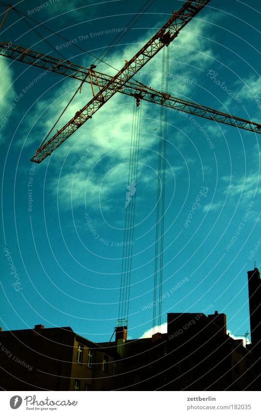 Baustelle Himmel Haus Wolken Stadt Physik Skyline Gewicht Wissenschaften Konstruktion Kran Leerstand Textfreiraum Neubau Schwarzarbeit Hochbau
