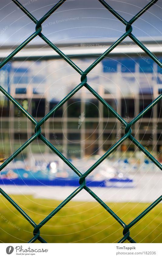 Forbidden Pleasures Sommer Schwimmen & Baden Schwimmbad heiß trocken Zaun Barriere Verbote sommerlich Badeort Sommertag Schwimmhalle Drahtzaun Zaunlücke
