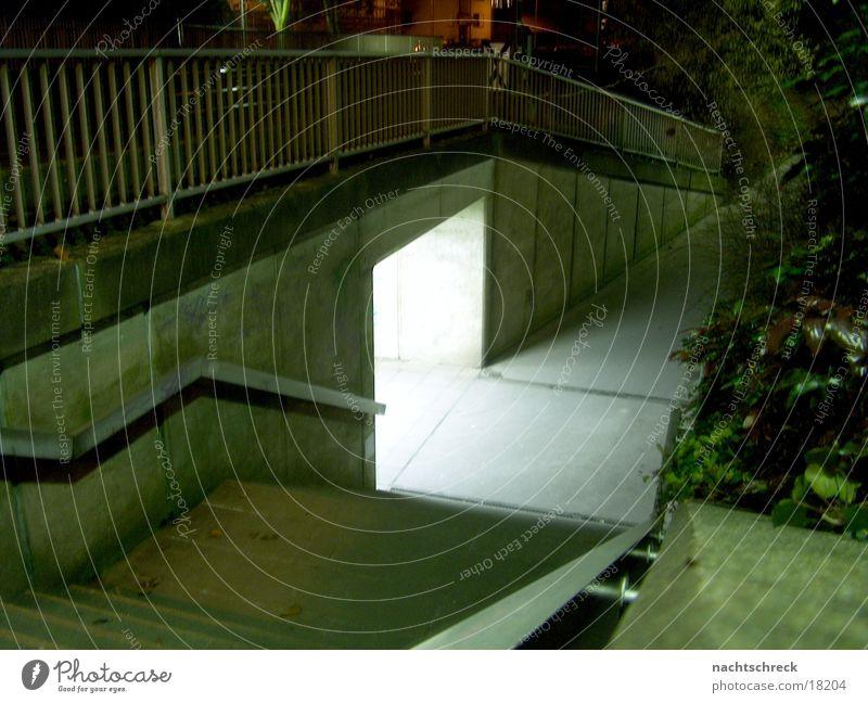 S-Bahn Unterführung dunkel Wege & Pfade Treppe Brücke Loch unheimlich grell