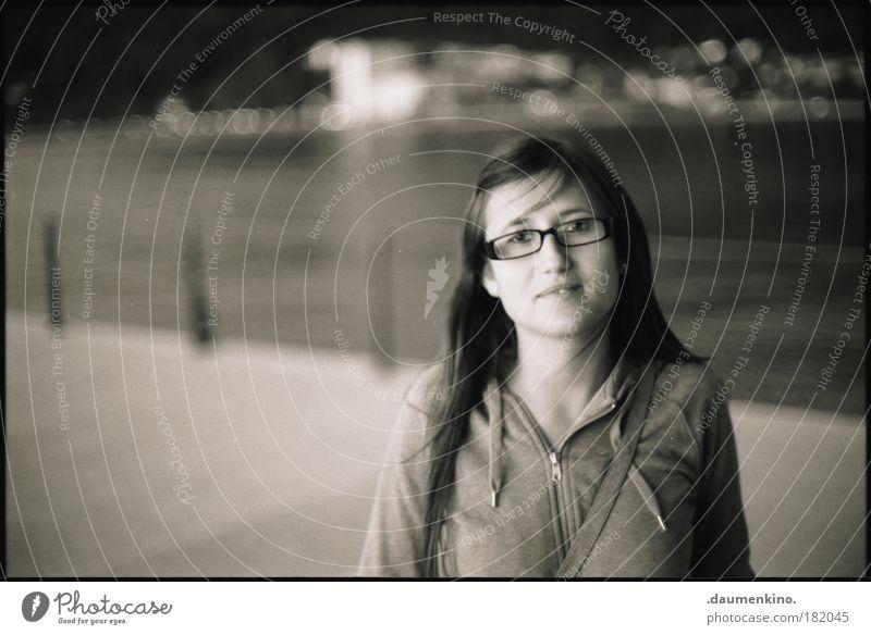 . Schwarzweißfoto Nacht Kunstlicht Porträt Blick Stil Mensch feminin Junge Frau Jugendliche Kopf Gesicht 1 18-30 Jahre Erwachsene langhaarig Denken entdecken