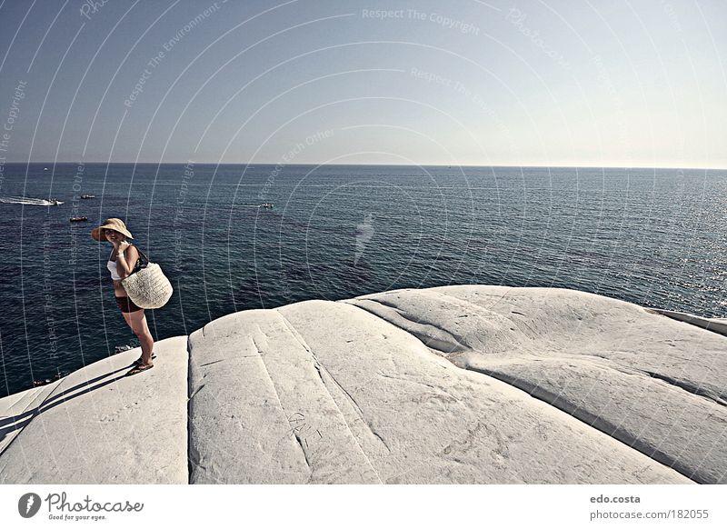 Mensch Natur blau Wasser weiß schön Meer Sommer Erwachsene feminin Umwelt Landschaft Stein Küste Wellen Horizont