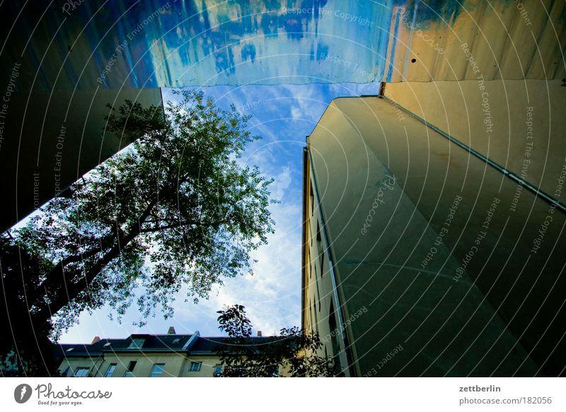 Friedenau mit Fahrradstand Himmel Baum grün Pflanze Wolken Blatt Haus Mauer Gebäude Fassade Ecke Terrasse Hinterhof Mieter Hof Textfreiraum