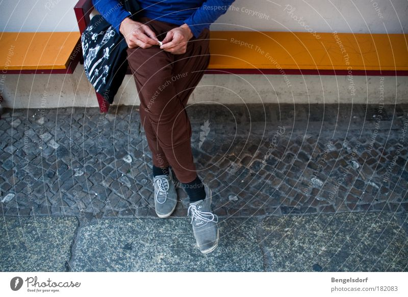 Berlin fashion Mensch Jugendliche Stil Beine Schuhe sitzen warten Mode Lifestyle einzigartig Bank Hose trendy Tasche Turnschuh