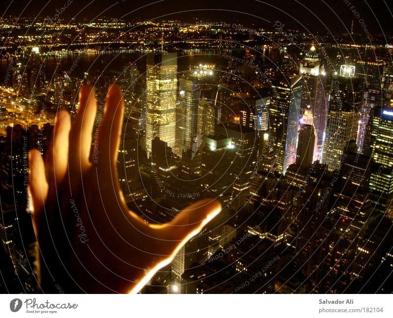 Sagt die eine Bank zur anderen: Krise? Welche Krise? Nacht Stadt kalt Gebäude Angst Licht Erfolg Schatten Macht gefährlich Bankgebäude Geldinstitut Wut