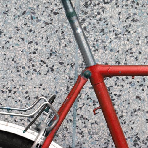 Gefährt/e Fahrrad rot Achse geschweißt Schweißnaht Sattelstange Beton Betonplatte Ecke Fahrzeug Gepäckträger Ausschnitt Detailaufnahme Außenaufnahme