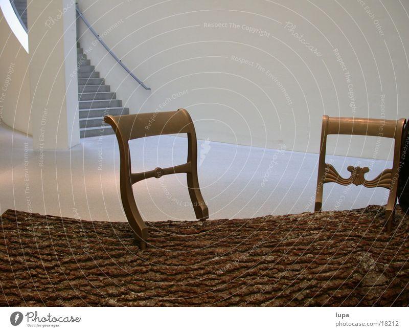 Baumstamm mit Lehnen Kunstwerk München Installationen Raum Möbel Architektur Stuhllehne gold Treppe pinakotek der moderne nuseum Ferne chair tree trunk staging