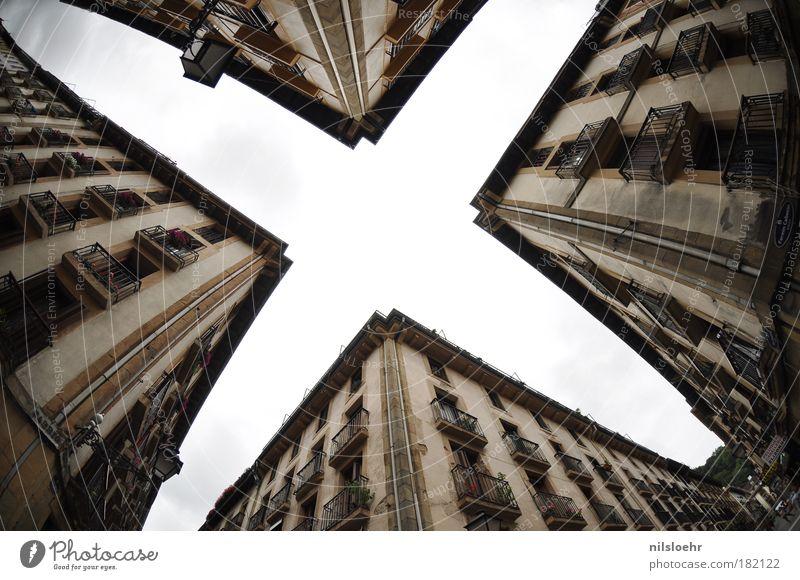 Cross Stil Haus Wissenschaften Himmel Horizont Stadt Bauwerk Gebäude Architektur Straßenkreuzung Zeit Farbfoto Außenaufnahme Tag Zentralperspektive