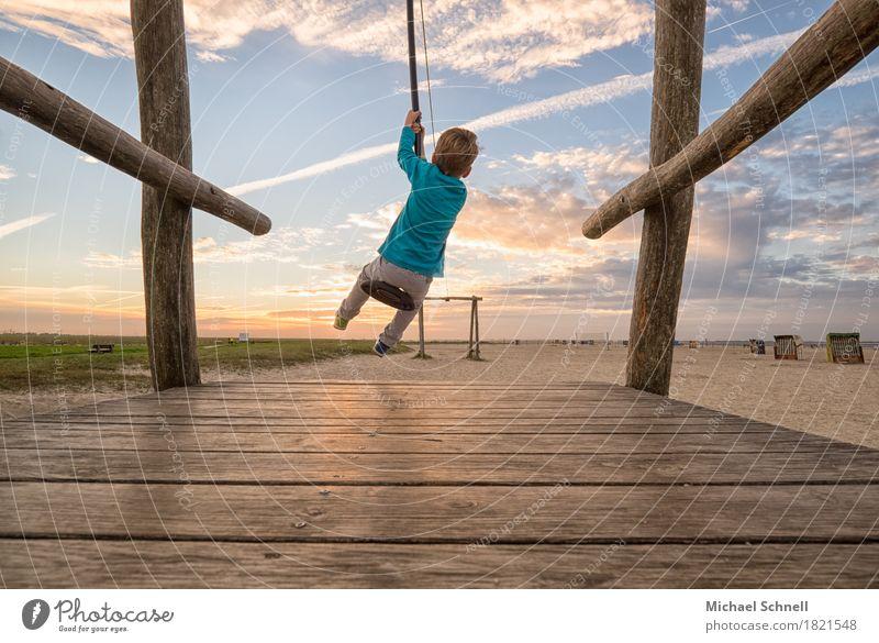 Schwungvoll Mensch Kind Ferien & Urlaub & Reisen Meer Freude Ferne Junge Spielen Glück Sand maskulin Körper Kindheit Unendlichkeit positiv Begeisterung