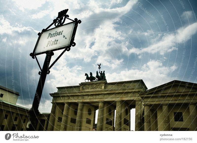 Pariser Platz Himmel Ferien & Urlaub & Reisen Leben Berlin träumen Wege & Pfade Architektur Schilder & Markierungen Zeit ästhetisch Tourismus Schriftzeichen