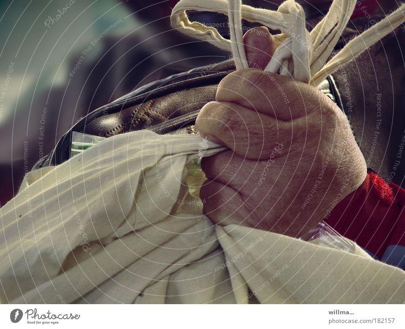 Hand mit Einkaufsbeuteln aus Stoff Senior Stil Ernährung Finger kaufen Pause festhalten Stress skurril Handel Kapitalwirtschaft anstrengen Tasche Krise Beutel