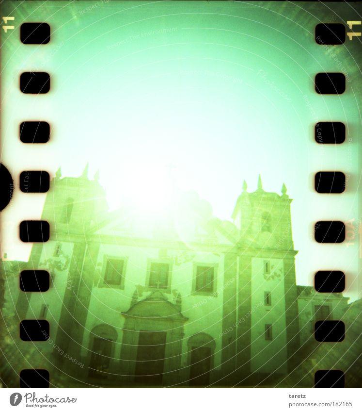 Grell grün Gebäude Religion & Glaube groß Kirche bedrohlich Macht Ziffern & Zahlen Eingang historisch Glaube Farbe Licht Sehenswürdigkeit Portugal grell