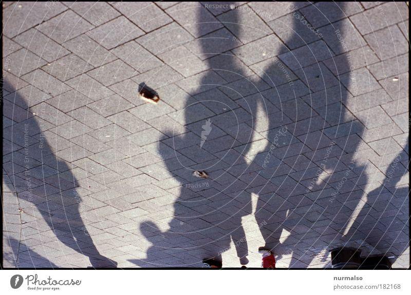 Schattengemenge Frau Mensch Mann Stadt Erwachsene Umwelt Spielen Menschengruppe Beine Stimmung Fuß Park Kunst Familie & Verwandtschaft Schuhe Platz