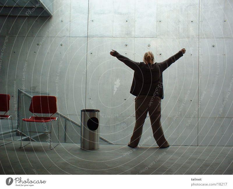 Freiheit Frau Mensch Arme Glas Innenarchitektur unsichtbar ausbreiten Betonwand Glaswand