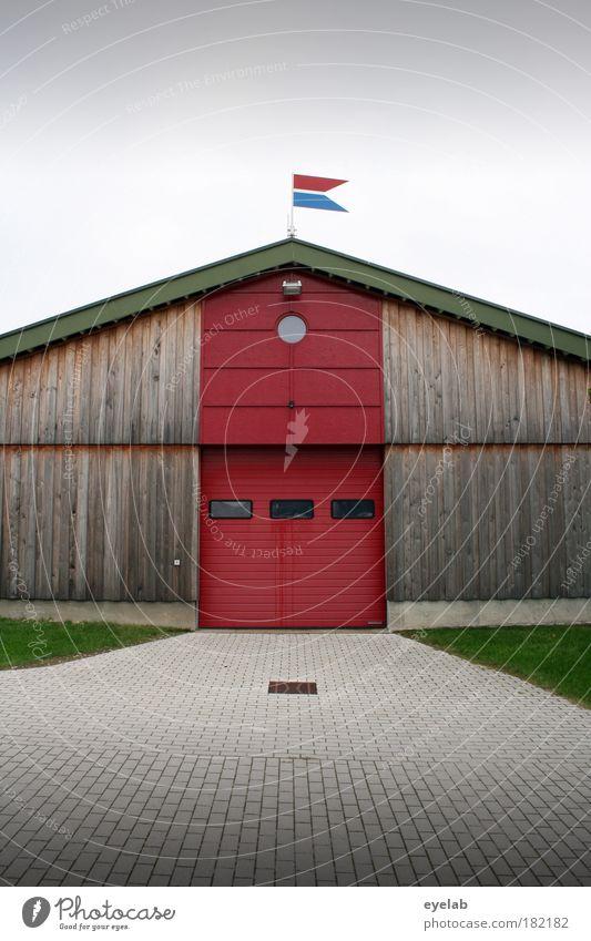 Eine Fahne macht noch keine Festung Himmel rot Wolken Haus Fenster Wand Architektur Holz Gras Gebäude Mauer Tür Fassade Beton Platz