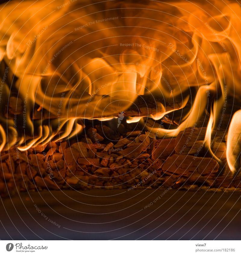 Höllenbrunst Farbfoto Innenaufnahme Detailaufnahme Experiment Textfreiraum unten Licht Starke Tiefenschärfe Urelemente Feuer Grill Holz Zeichen Aggression