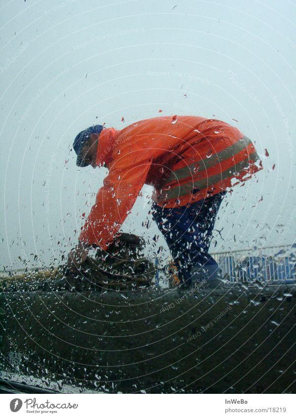 Leinen los! Hafenarbeiter Glasscheibe Mann Regen Warnweste orange Wassertropfen