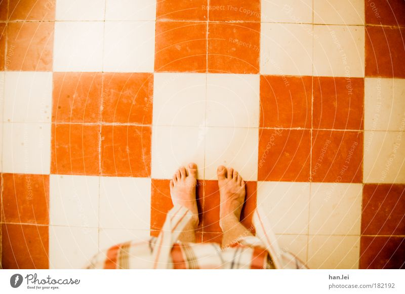 Rot-Weiß Farbfoto Innenaufnahme Muster Textfreiraum oben Tag Licht Haus Raum Küche Bad Beine Fuß Hose stehen unten rot weiß Bodenbelag Flur kariert Quadrat