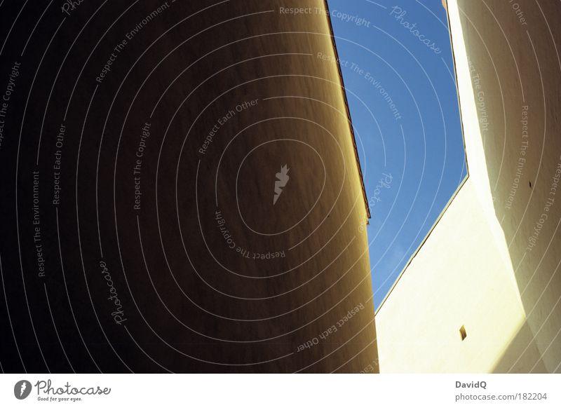Divergenz Farbfoto Außenaufnahme Textfreiraum links Tag Licht Schatten Weitwinkel Himmel Wolkenloser Himmel Potsdam Altstadt Haus Bauwerk Gebäude Mauer Wand