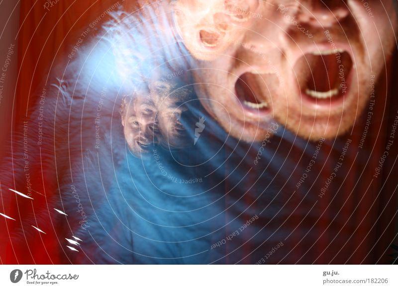 Das Böse kehrt zurück Farbfoto mehrfarbig Innenaufnahme Experiment Nacht Blitzlichtaufnahme Langzeitbelichtung Blick in die Kamera Gesicht Kunst kämpfen
