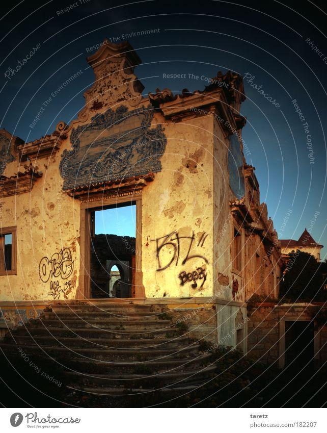 ohne Titel II Graffiti Fliesen u. Kacheln Wolkenloser Himmel Sommer Schönes Wetter Portugal Haus Gutshaus Mauer Wand Treppe Fassade alt außergewöhnlich dreckig