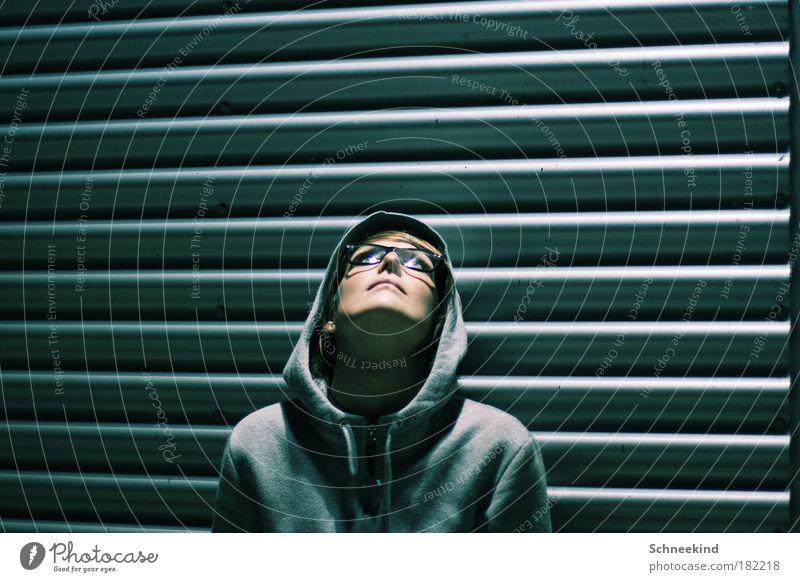 Alles Gute kommt von oben! Frau Jugendliche Gesicht Erwachsene dunkel Wand grau Kopf Mauer Denken Linie Brille 18-30 Jahre beobachten Junge Frau