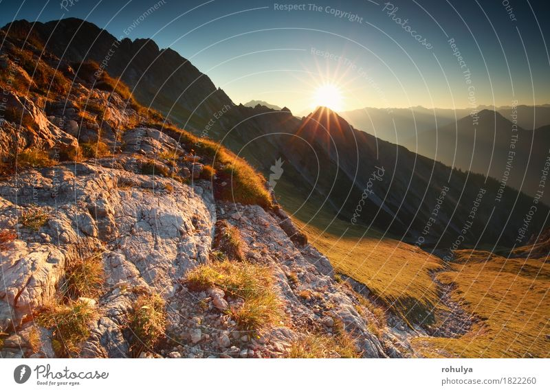 Sonnenaufgang in den felsigen Alpen, Bayern, Deutschland Natur Landschaft Himmel Herbst Wiese Felsen Stein Gelassenheit Sonnenschein sonnig gold Klippe alpin
