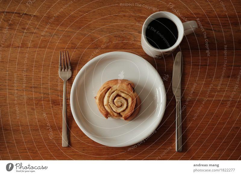 #325 / Frühstück Ernährung Essen Kaffeetrinken Hefeschnecke Getränk Heißgetränk Teller Tasse Besteck Messer Gabel sparen genießen Duft frisch lecker Vorfreude
