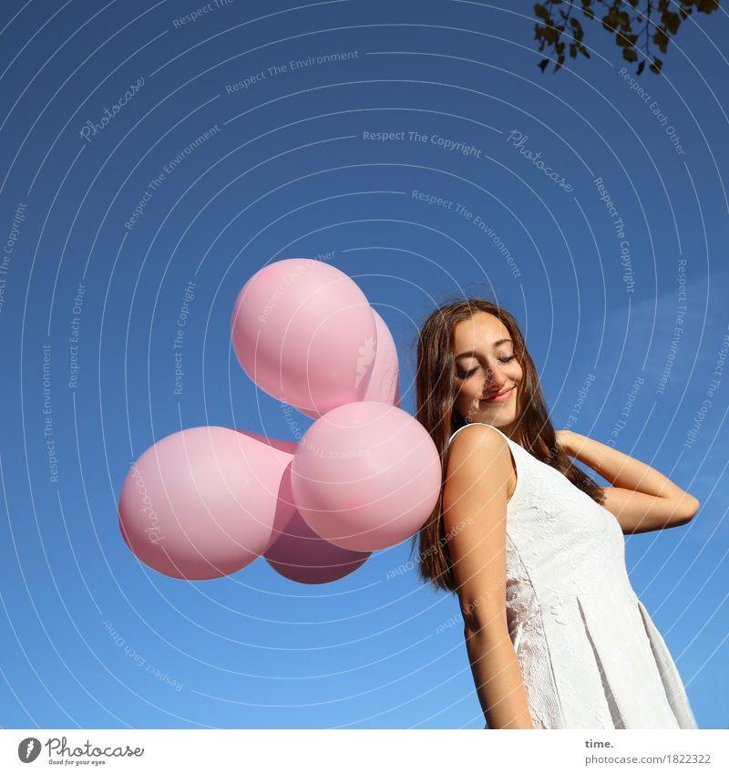 . feminin 1 Mensch Himmel Blatt Kleid brünett langhaarig Luftballon Erholung festhalten Lächeln schön Glück Zufriedenheit Lebensfreude Leidenschaft Geborgenheit