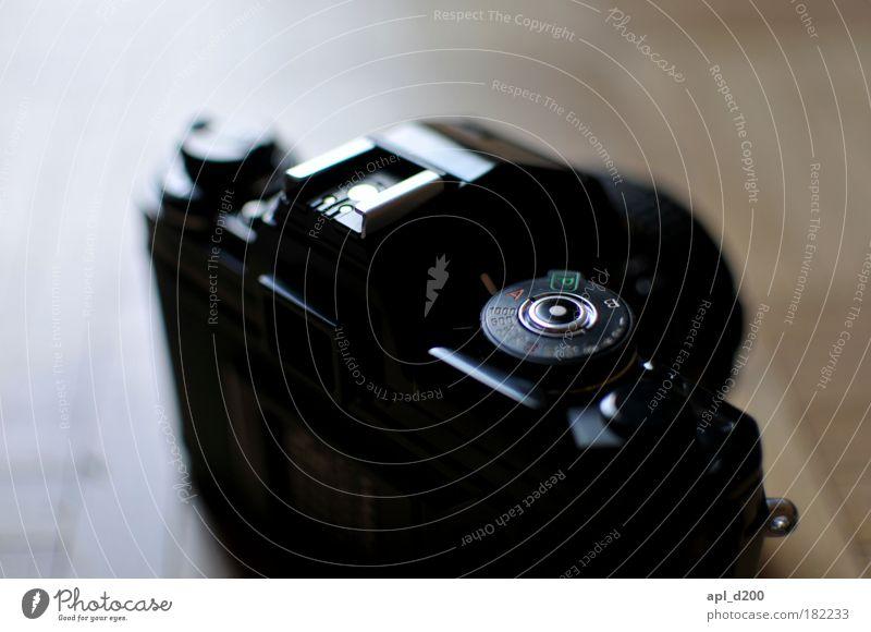Zeitlos schwarz dunkel braun Kunst Industrie ästhetisch Coolness Technik & Technologie stehen Bodenbelag authentisch liegen Kultur Fotokamera Vertrauen