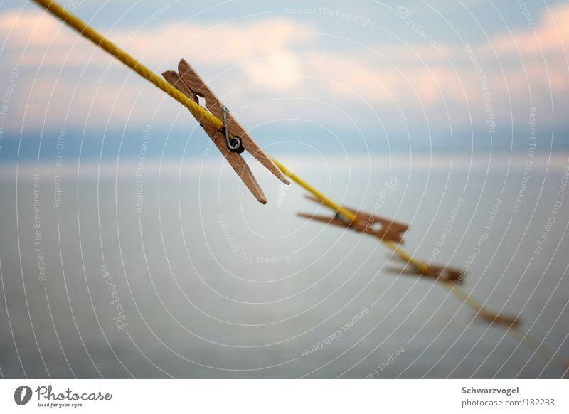 Abhängen Himmel blau Wasser Wolken gelb Holz See oben Zufriedenheit Häusliches Leben frei Idylle einfach Seil Sauberkeit Reinigen