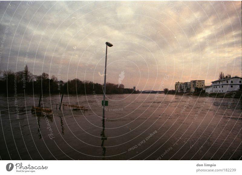 hochwasser Wasser Haus Wolken Herbst Brücke Fluss analog Flussufer Elbe Klimawandel schlechtes Wetter Fussel Endzeitstimmung Hafenstadt