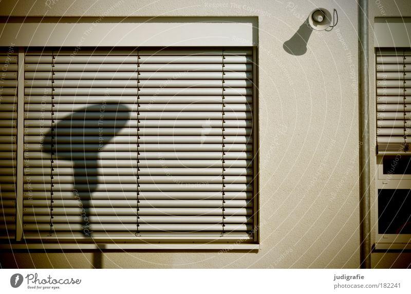 Lichtbeschallung Farbfoto Außenaufnahme Schatten Sonnenlicht Bildung Schulgebäude Schulhof Lautsprecher Stadt Haus Bauwerk Gebäude Fassade Fenster ruhig