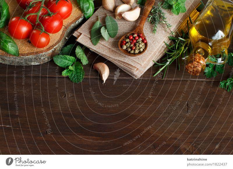 Rohe Lasagne Pasta, Gemüse und Kräuter Teigwaren Backwaren Kräuter & Gewürze Öl Vegetarische Ernährung Diät Italienische Küche Löffel Tisch Blatt dunkel frisch