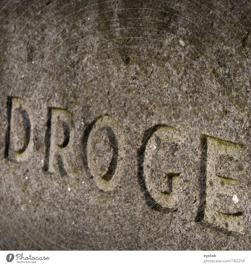 Droge am Montag macht daraus einen Schontag alt Tod kalt Wand grau Stein Mauer Kunst Fassade Schilder & Markierungen Beton Schriftzeichen Kirche trist