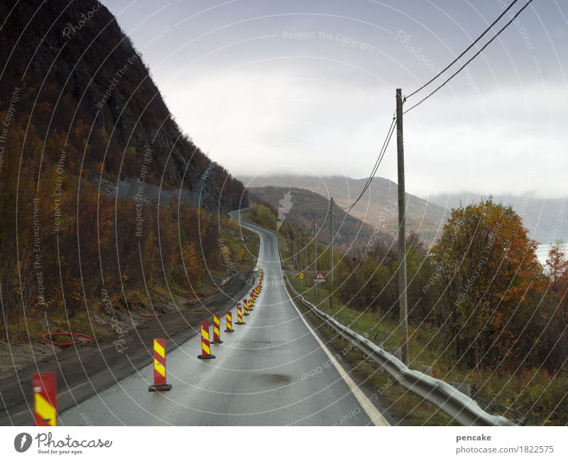 engpass Natur Ferien & Urlaub & Reisen Landschaft Berge u. Gebirge Straße Herbst Horizont Hinweisschild Baustelle Kabel fahren Verkehrswege Strommast eng Norwegen Fjord
