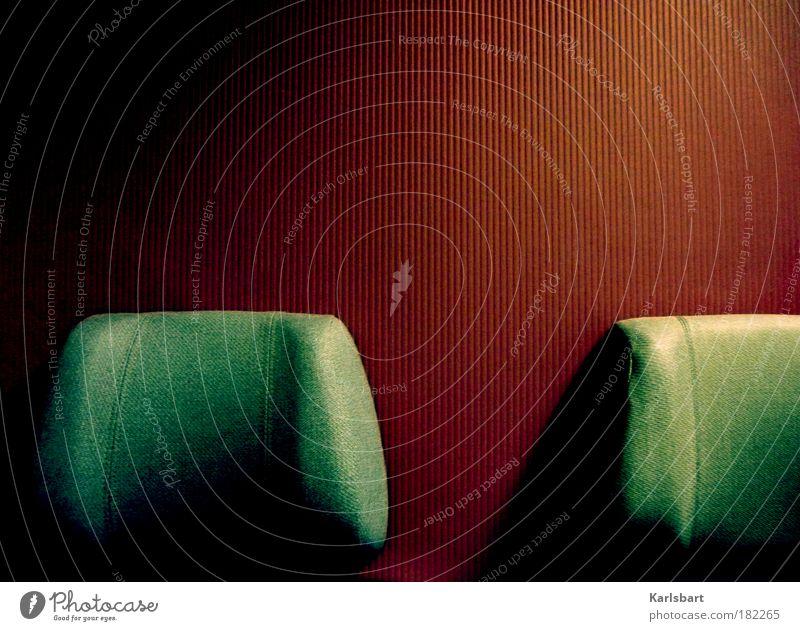 heimreise. ruhig Einsamkeit dunkel Stimmung Linie Ausflug Design Verkehr Eisenbahn verrückt authentisch Lifestyle fahren Sitzung Dienstleistungsgewerbe Bahnhof